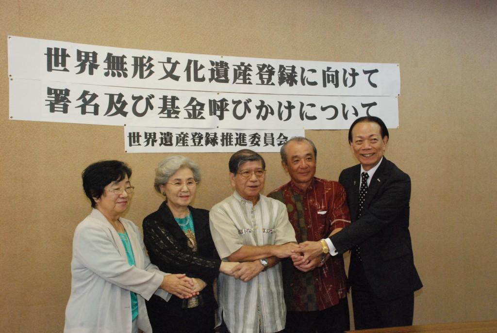 安田委員長ら委員が県庁で会見し、県民や県内企業に協力を呼び掛けた。